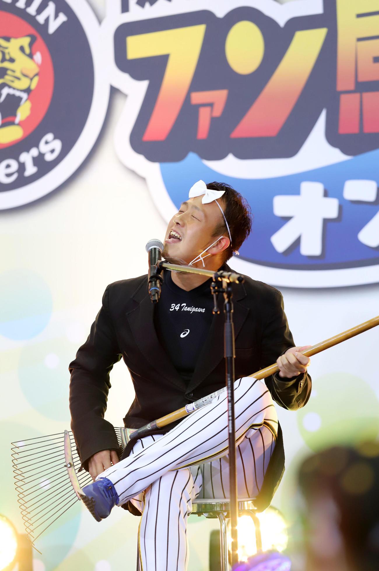 ファン感謝デーでレーキを手に熱唱する谷川(2020年12月5日撮影)