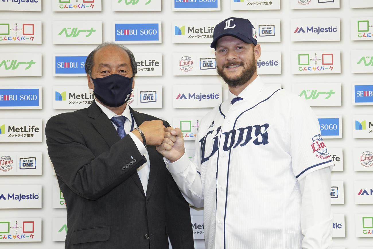 グータッチをする西武渡辺GM(左)とダーモディ(球団提供)