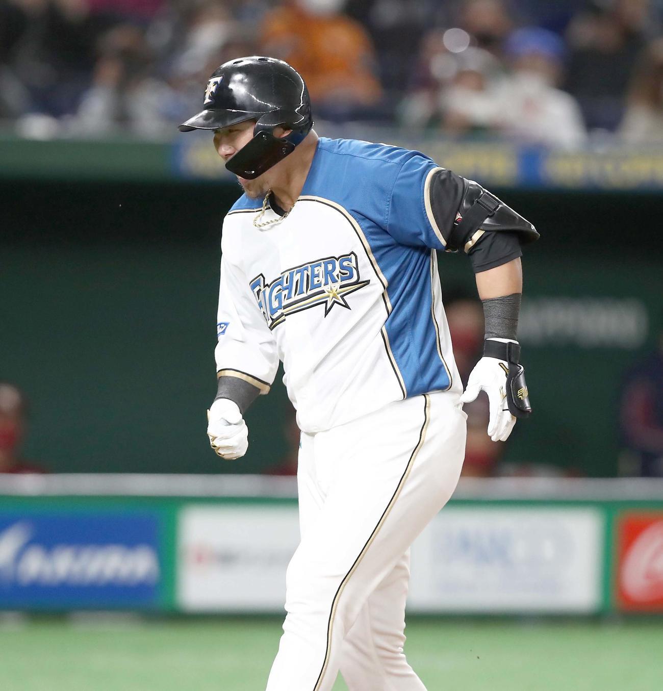 日本ハム対楽天 1回裏、2点本塁打を放ち叫んで生還する中田(撮影・黒川智章)