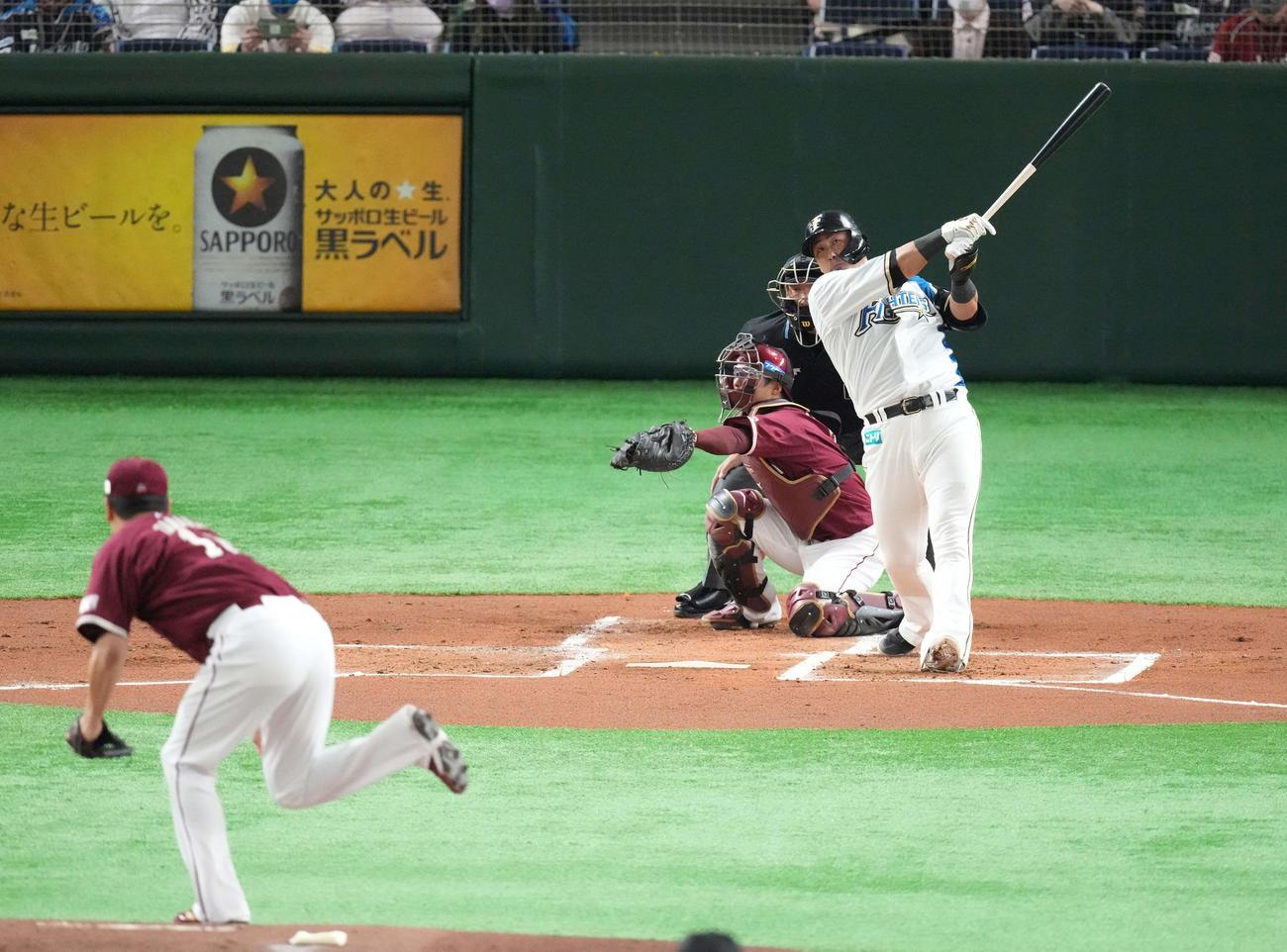 日本ハム対楽天 1回裏日本ハム2死一塁、左中間に先制の2点本塁打を放つ中田。投手田中将(撮影・鈴木みどり)