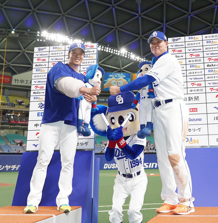 中日対広島 試合終了、ヒーローインタビュー後、ポーズを決める柳(左)と福留(右)(撮影・森本幸一)