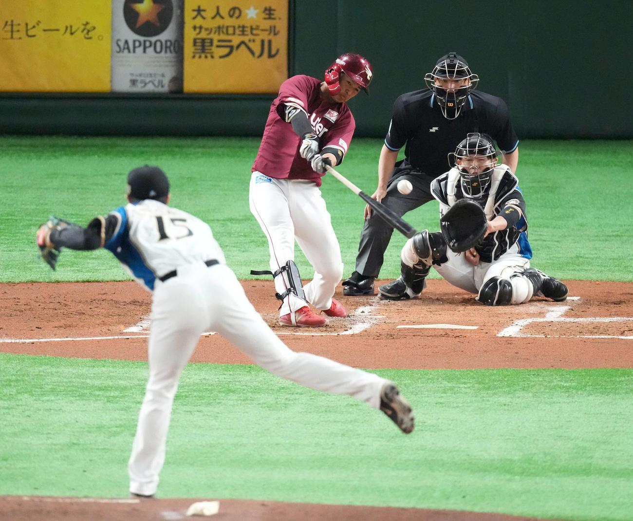 日本ハム対楽天 2回楽天2死二塁、中前適時打を放つ黒川。投手上沢(撮影・鈴木みどり)