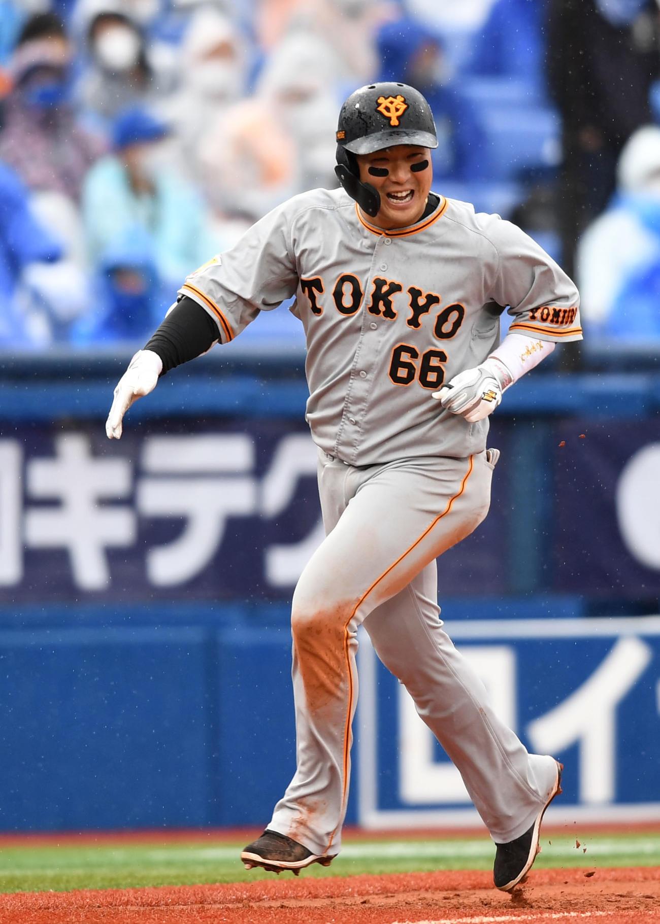 DeNA対巨人 6回表巨人2死一、三塁、右越え3点本塁打を放ち笑顔を見せる香月(撮影・横山健太)