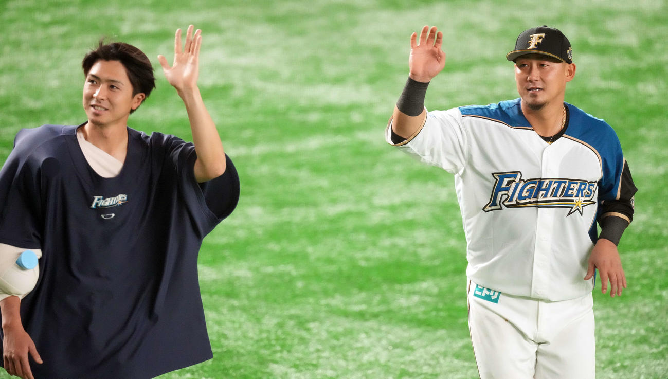 日本ハム対楽天 楽天に勝利し、手を振りながら場内1周する日本ハム中田(右)と上沢(撮影・鈴木みどり)