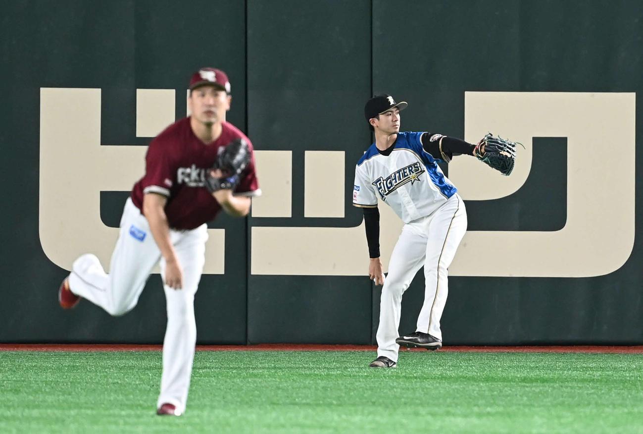 日本ハム対楽天 試合前、キャッチボールをする日本ハム上沢(右)と楽天田中将(撮影・山崎安昭)