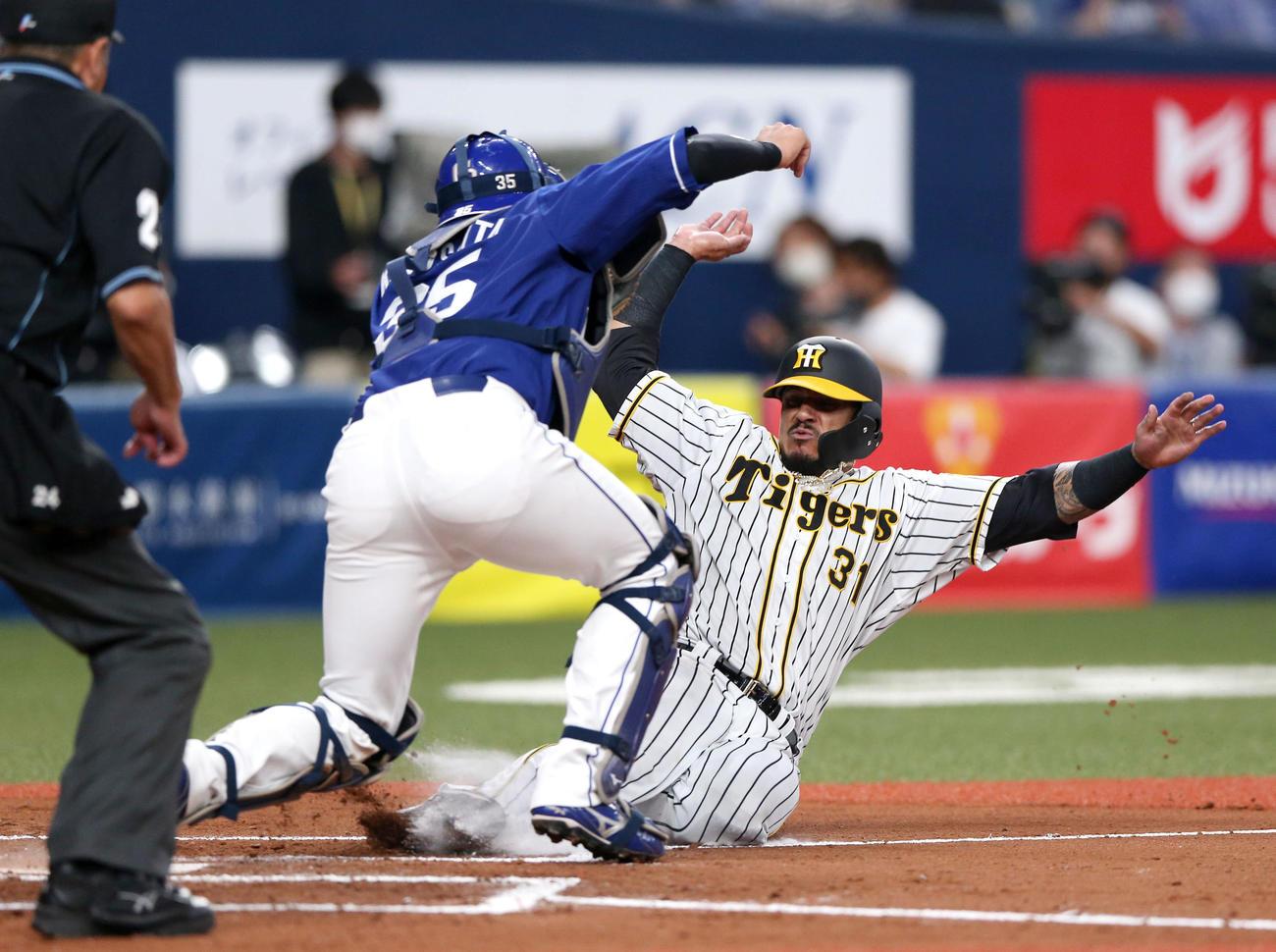 4日中日戦の6回、二塁から生還する阪神マルテ