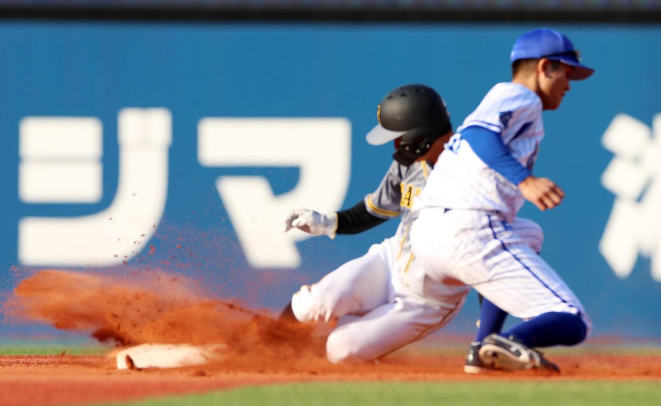 10日DeNA戦の9回、二塁への盗塁を決めた阪神熊谷