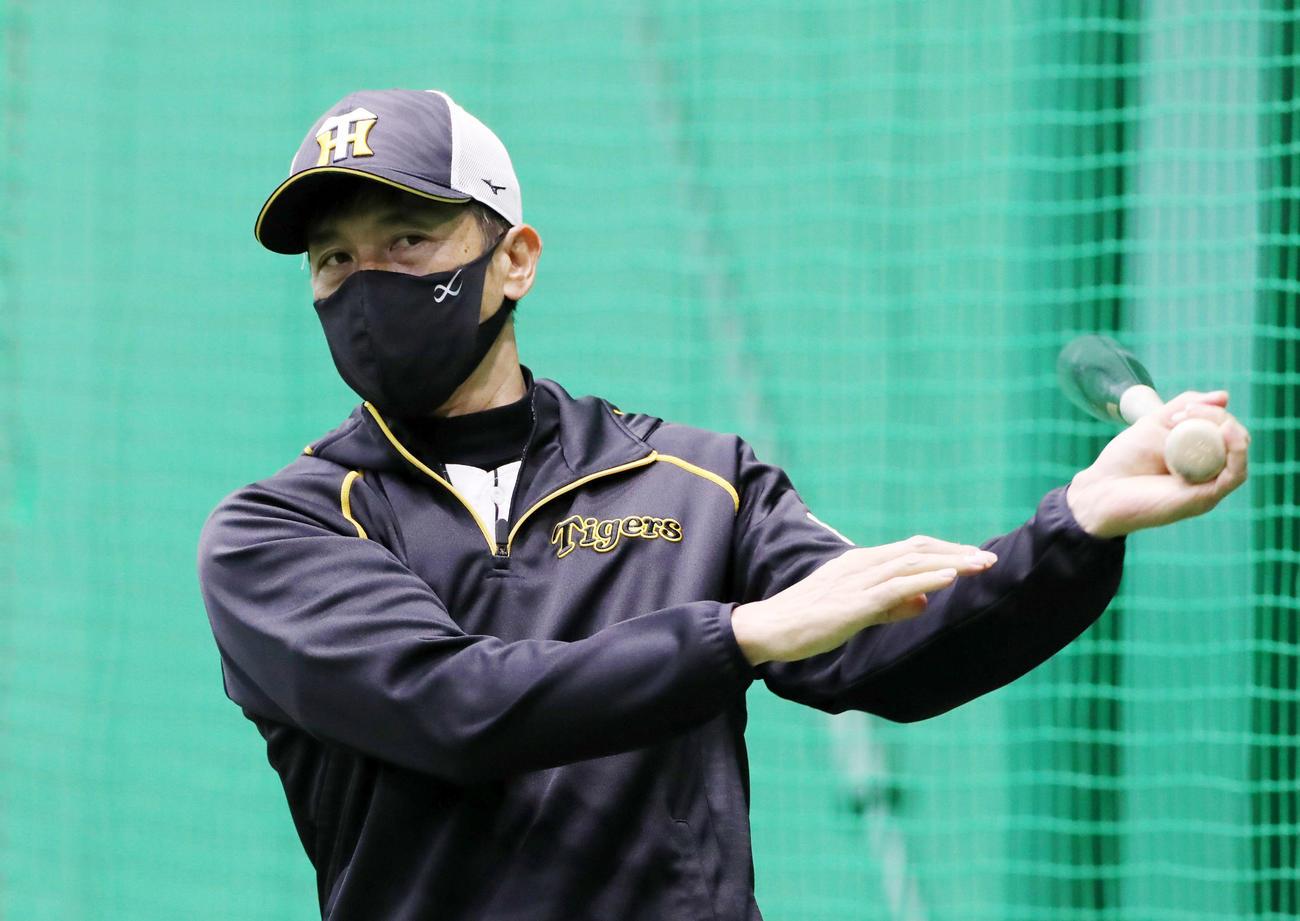 阪神対ヤクルト 室内でバットを手に練習を見守る矢野監督(撮影・加藤哉)