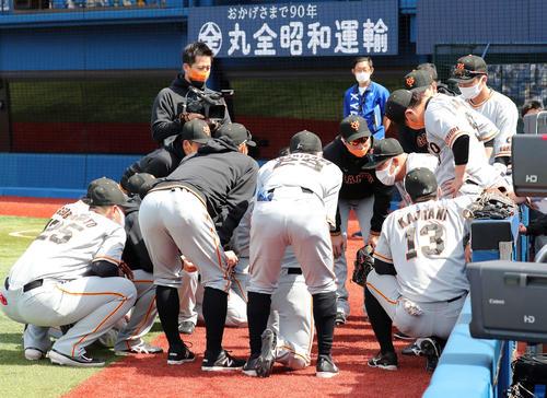 DeNA対巨人 試合前、円陣を組む巨人の選手たち(撮影・鈴木正人)
