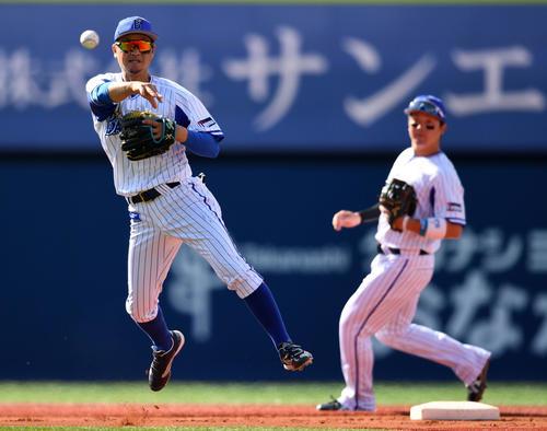 DeNA対巨人 5回表巨人1死、松原の打球を好捕し一塁へ送球する大和(左)。右は牧(撮影・横山健太)