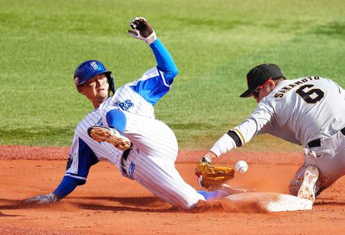 DeNA対巨人 5回裏DeNA1死一塁、二塁盗塁を決める大和(左)。右は遊撃手坂本(撮影・江口和貴)