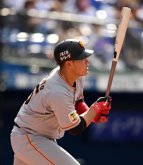 DeNA対巨人 6回表巨人無死、三塁打を放つ岡本和(撮影・横山健太)