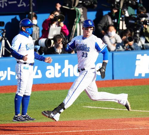 DeNA対巨人 8回裏DeNA2死三塁、三塁適時内野安打で同点とするオースティン(右)(撮影・江口和貴)