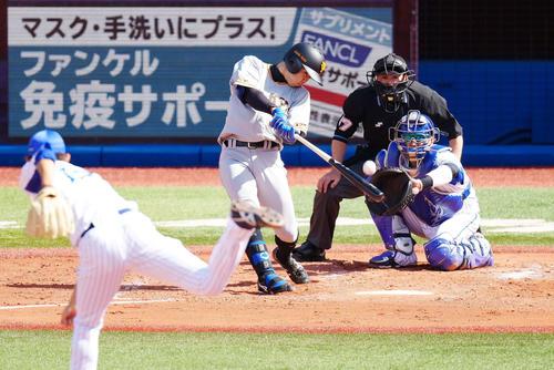 DeNA対巨人 3回表巨人無死、二塁打を放つ松原。投手阪口(撮影・江口和貴)