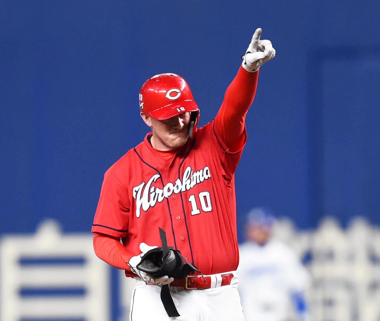 8回表広島1死満塁、左2点適時二塁打を放ったクロン(撮影・森本幸一)