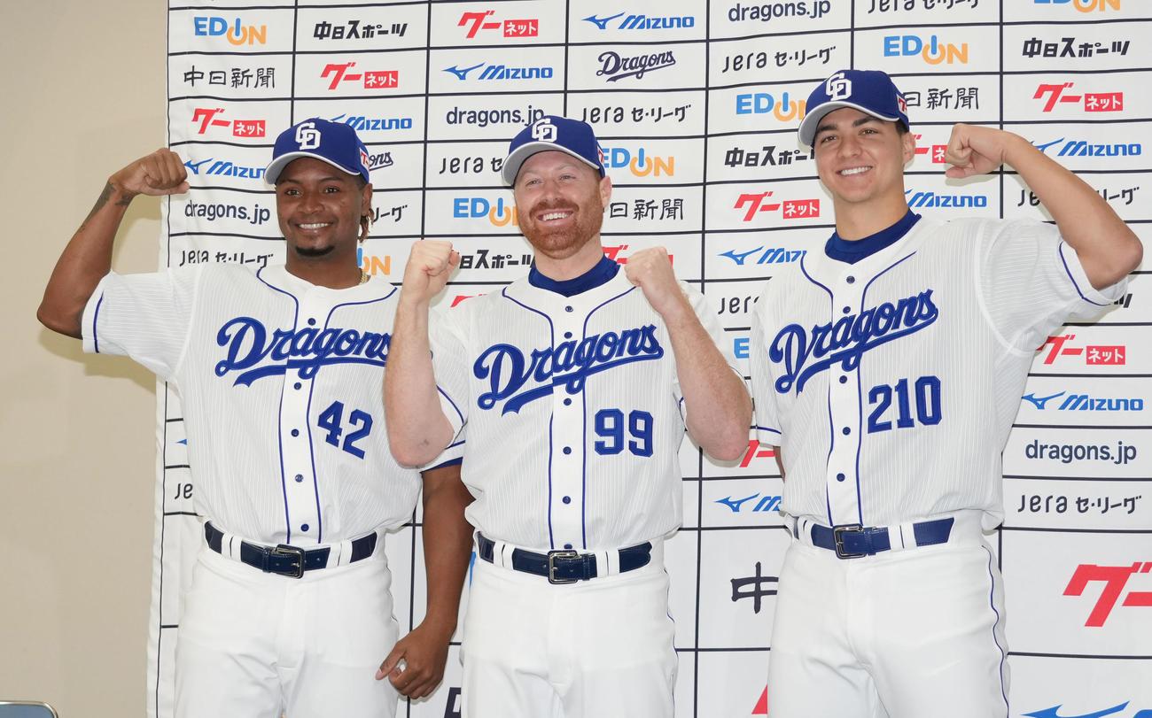 新外国人選手の入団会見を行い会見後ポーズを決める(左から)ロサリオ、ガーバー、ワカマツ(撮影・森本幸一)