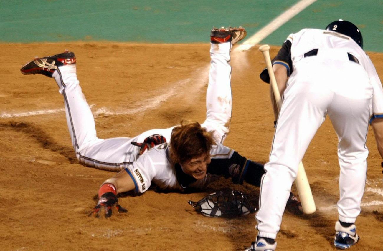 2004年オールスター第2戦 全パ対全セ 3回裏全パ2死三塁、打者小笠原道大の時、三塁走者新庄剛志(日本ハム)は、バッテリーの意表を突き先制となる本塁盗塁に成功(2004年7月11日撮影)