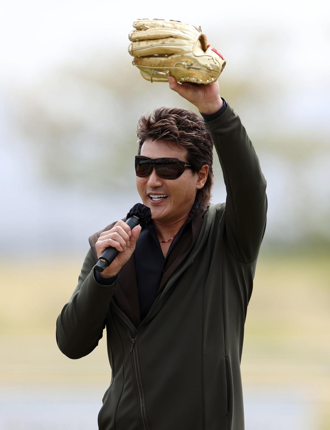 BC信濃対BC新潟 自身がゴールデングラブ賞を受賞した時の黄金グラブを手に始球式を行い、「勝ったチームにあげます!」と話す新庄氏(撮影・狩俣裕三)
