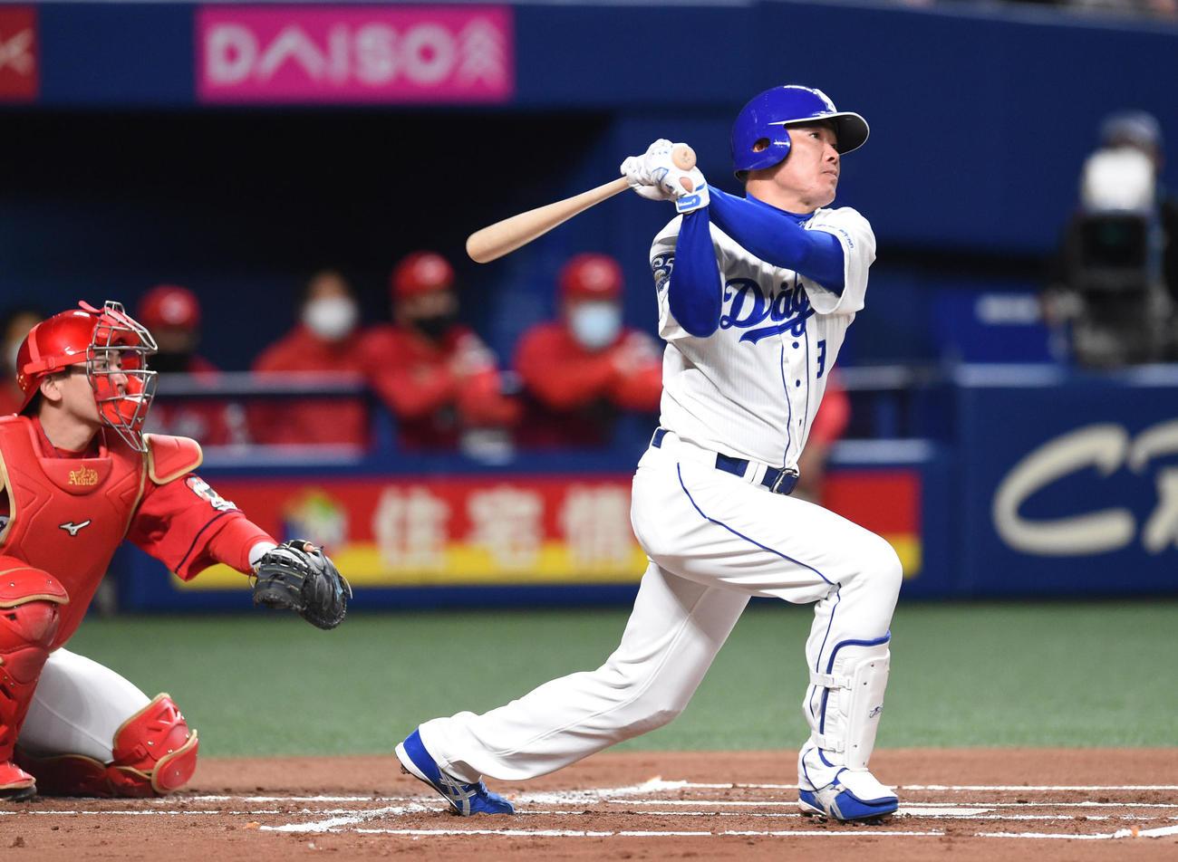 中日対広島 1回裏中日2死、右二塁打を放った福留(撮影・森本幸一)