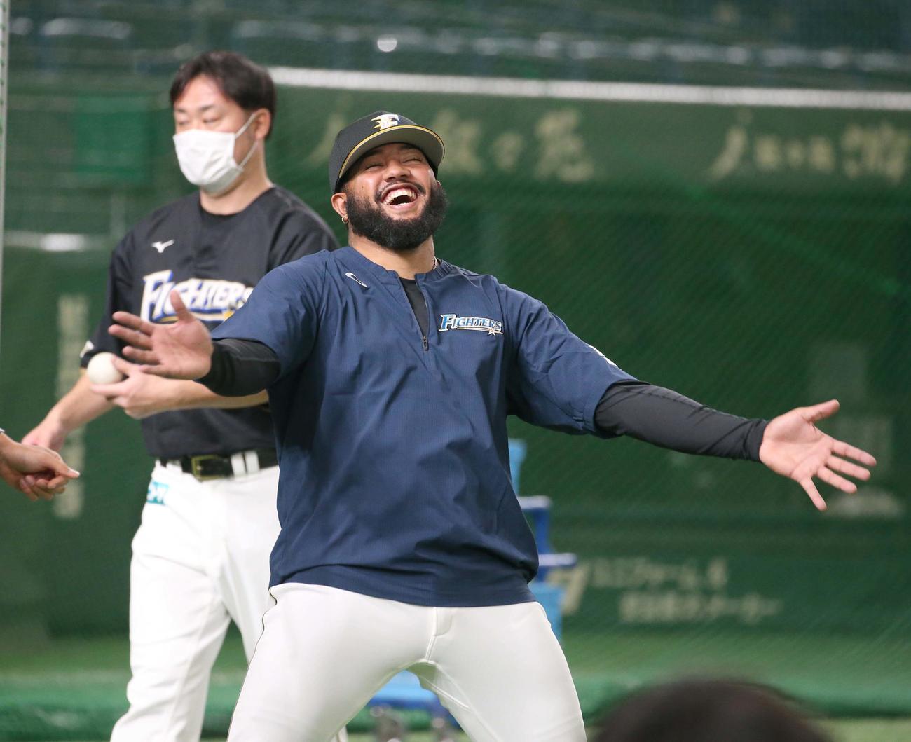 日本ハム対楽天 チームに合流し笑顔のR・ロドリゲス(撮影・黒川智章)
