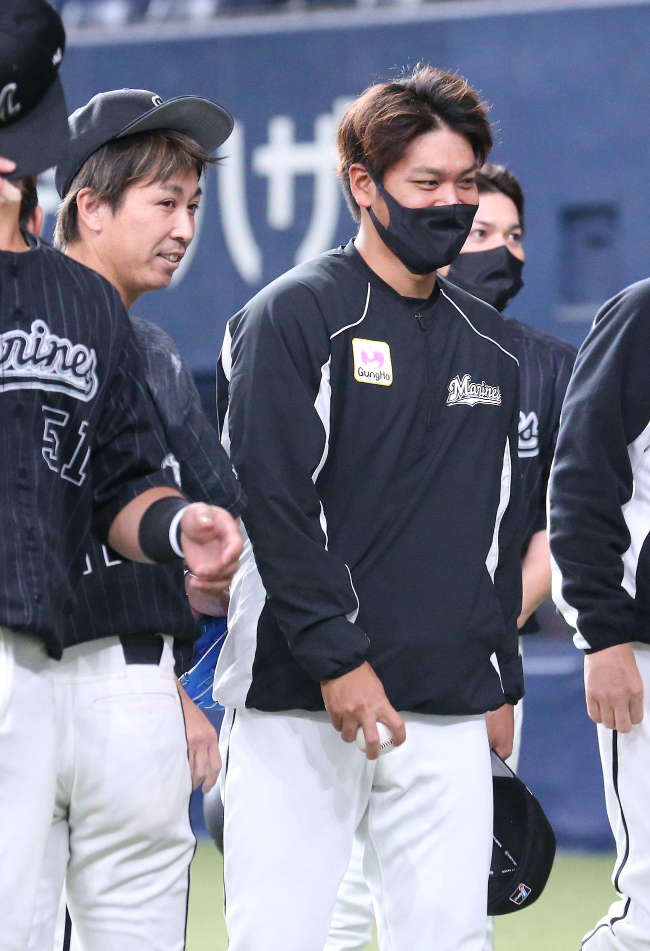 オリックス対ロッテ オリックスに勝利し、試合を締めた益田(左)からウイニングボールをもらい笑顔を見せる佐々木千(撮影・上山淳一)
