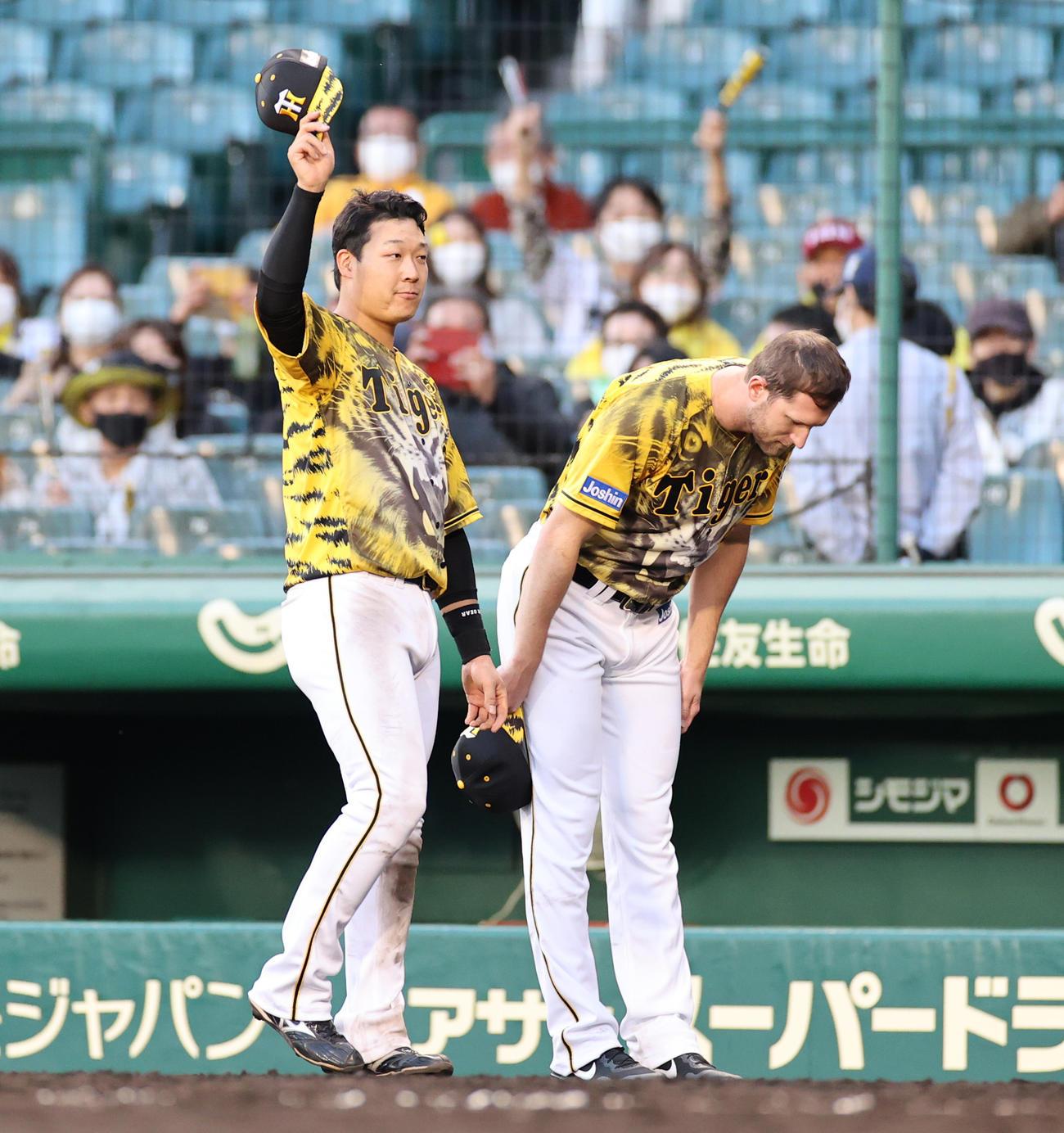 阪神対ヤクルト ヒーローインタビューを終えファンにあいさつする大山(左)とガンケル(撮影・清水貴仁)