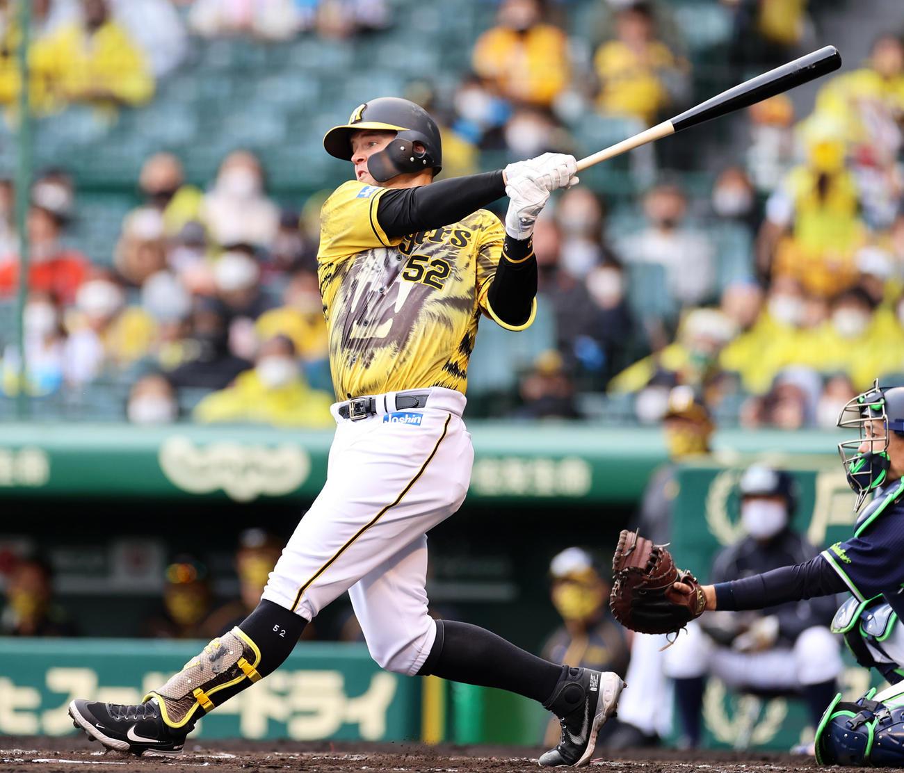 3回裏阪神無死一、三塁、中前適時打を放つサンズ(撮影・清水貴仁)