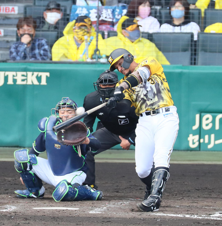 阪神対ヤクルト 4回裏阪神1死一塁、マルテは左越え2点本塁打を放つ(撮影・宮崎幸一)
