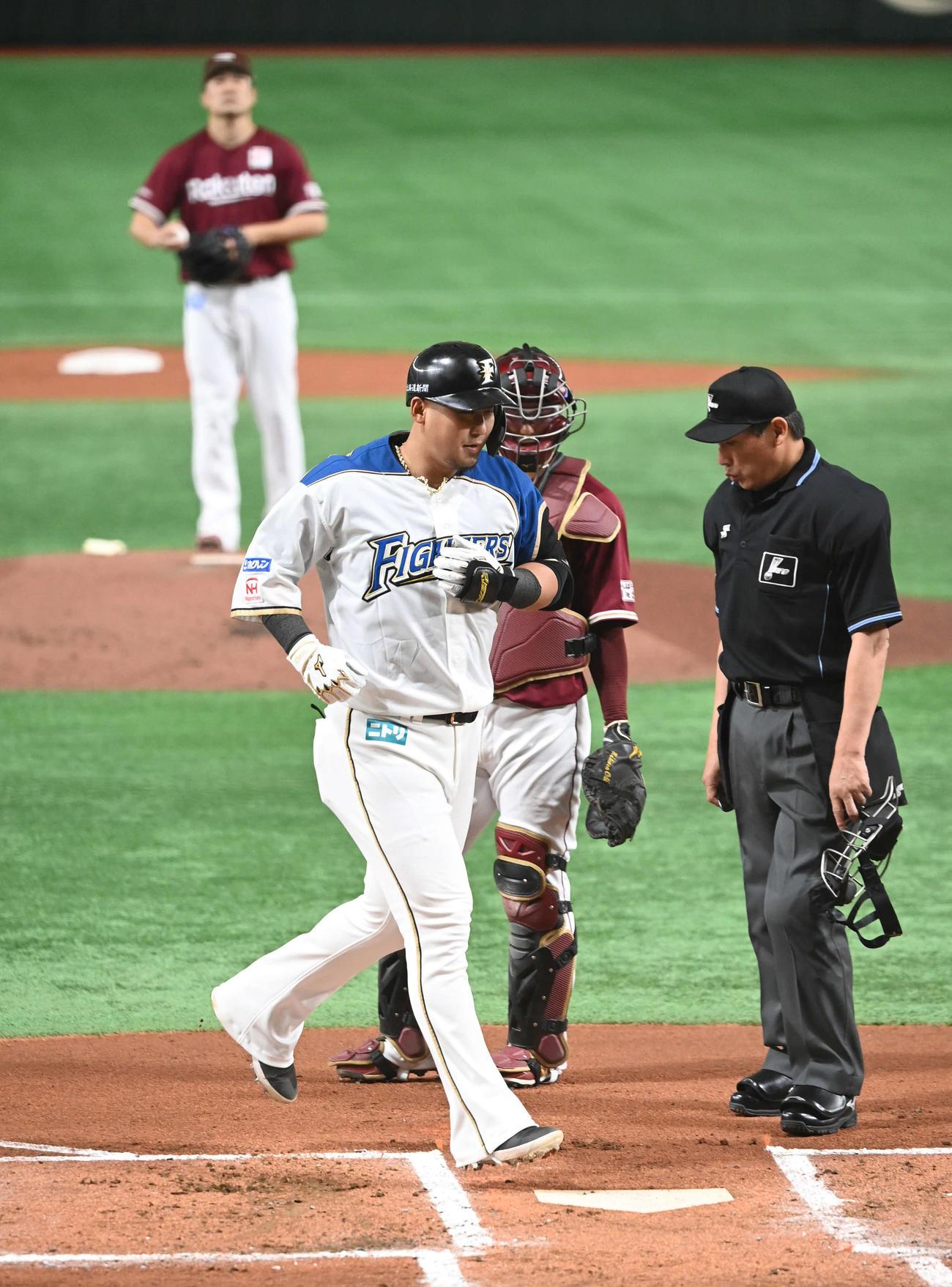 21年4月17日、日本ハム対楽天 1回裏日本ハム2死一塁、2点本塁打を放って生還する中田。後方は投手田中将