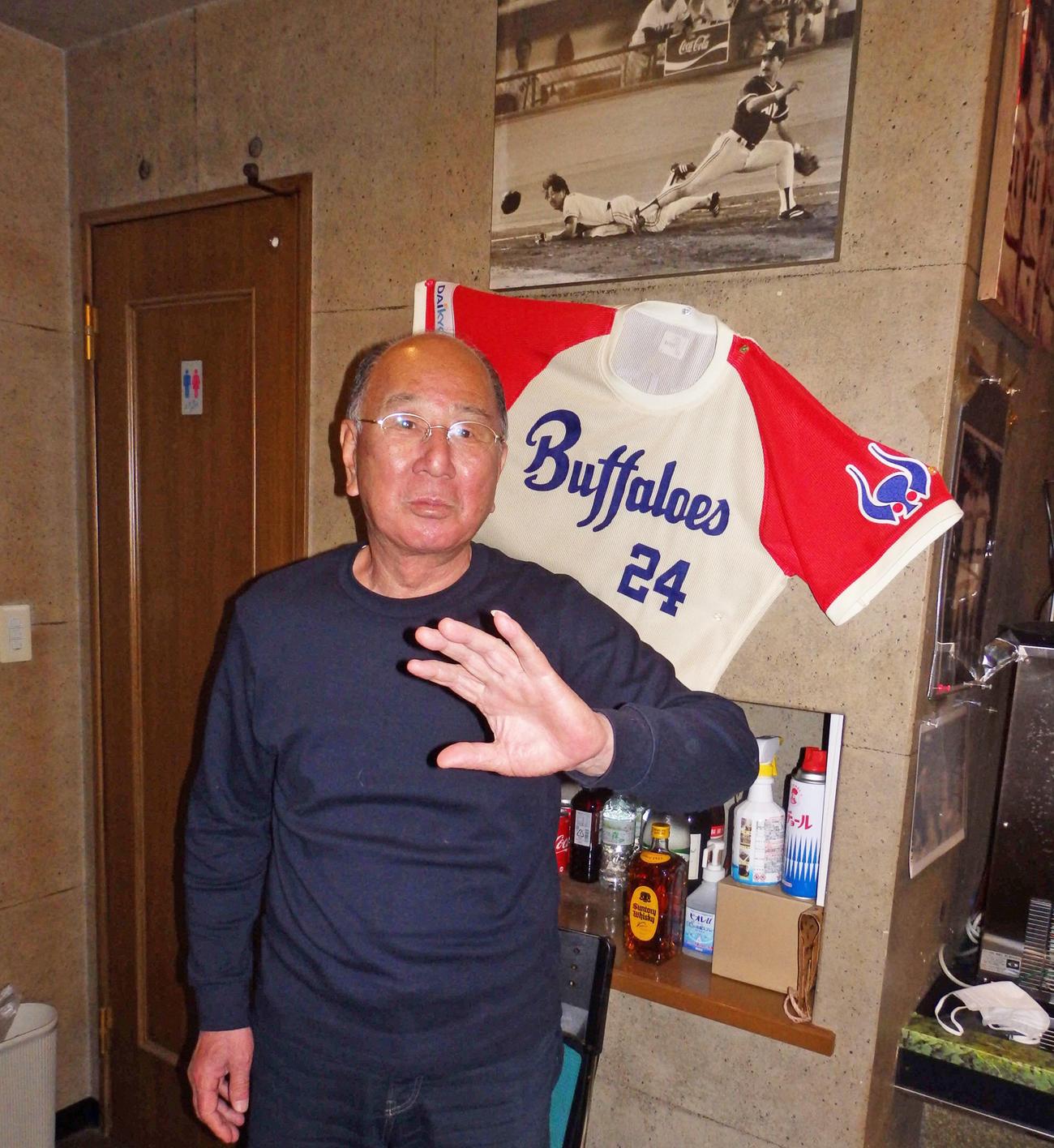 近鉄の名捕手だった有田氏は、経営する居酒屋でお客さんとの野球談義を楽しんでいる(撮影・高野勲)