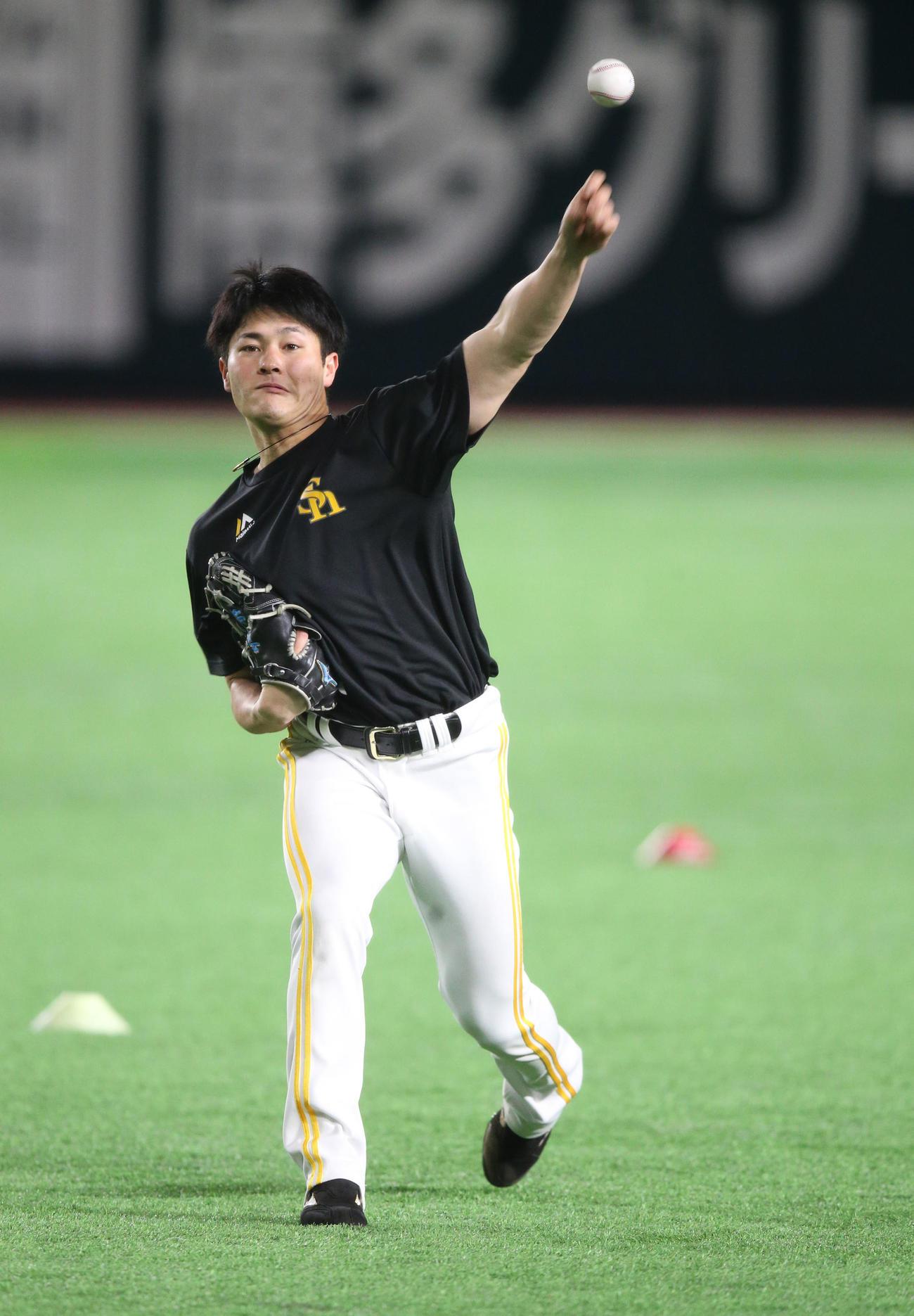キャッチボールで調整する笠谷俊介(撮影・梅根麻紀)