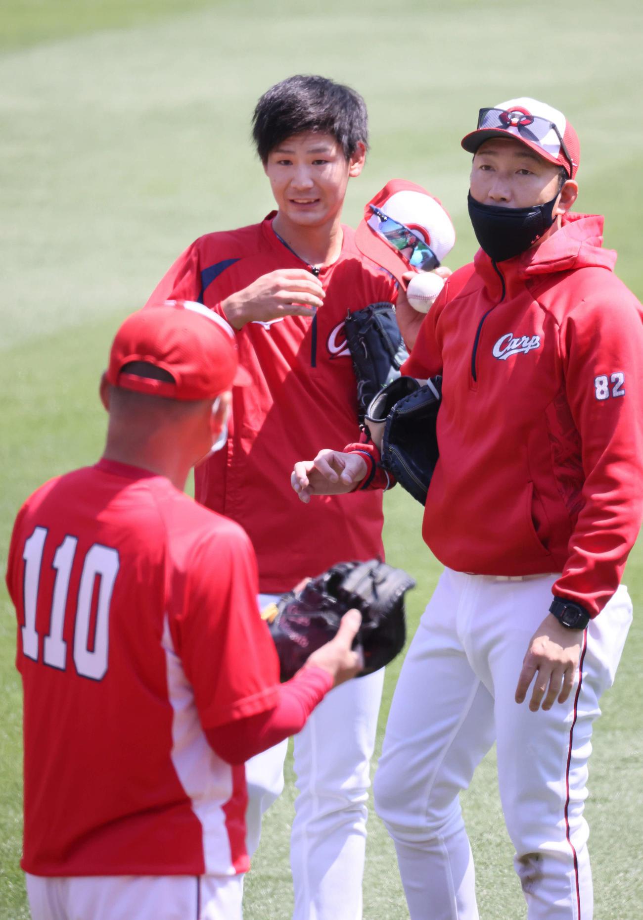 広島投手指名練習 投手指名練習に参加した森浦(中央)。右は横山投手コーチ(撮影・加藤孝規)