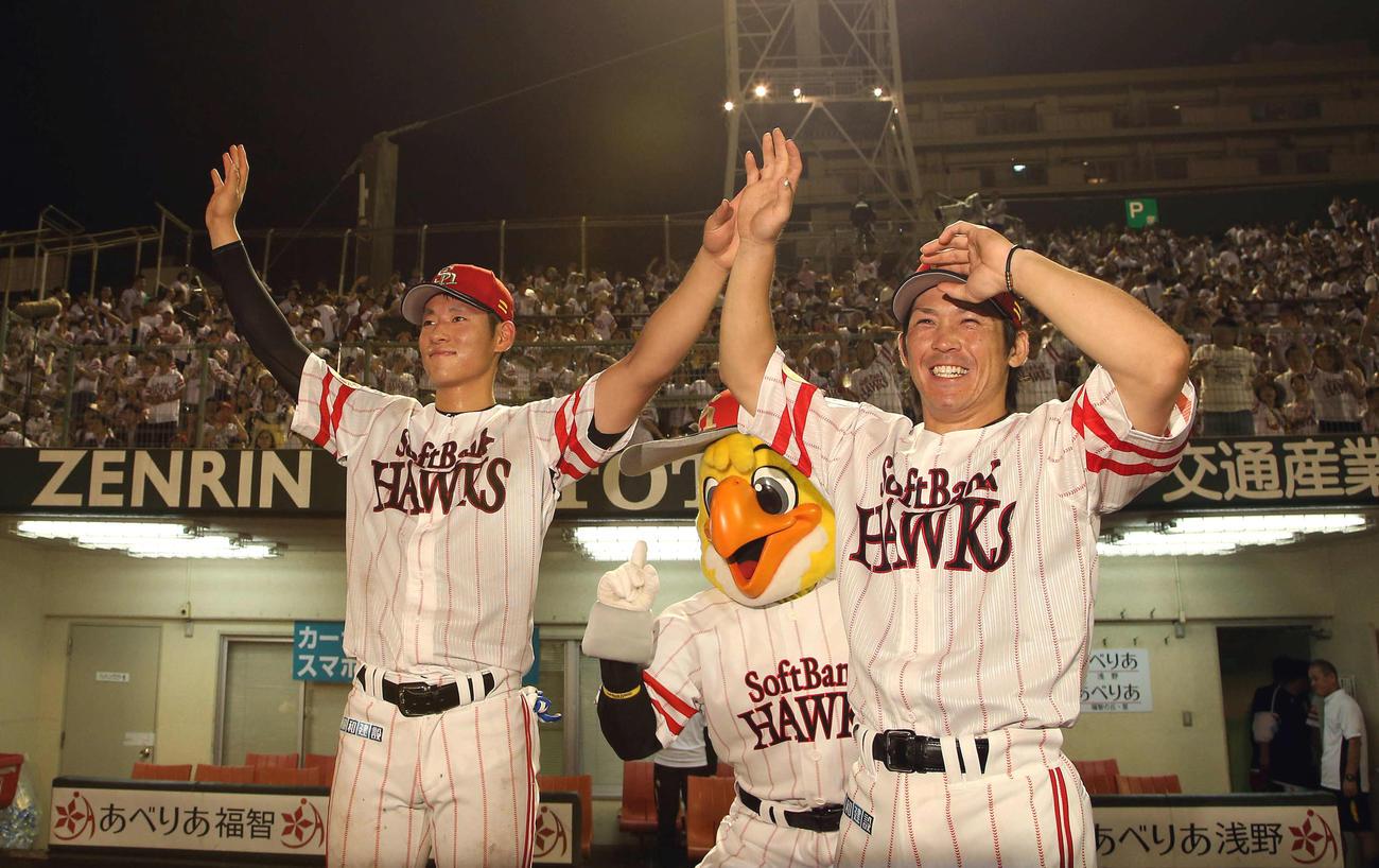 北九州市民球場で行われたソフトバンク対西武 ファンの声援に手を振る甲斐(右)と上林(2017年7月19日撮影)