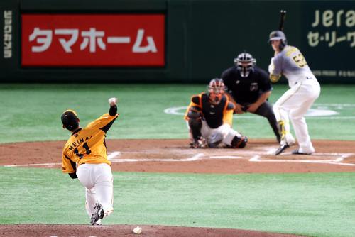巨人対阪神 3回表阪神無死、サンチェスに代わって登板し、プロ初球を投げる平内。打者サンズ(撮影・狩俣裕三)