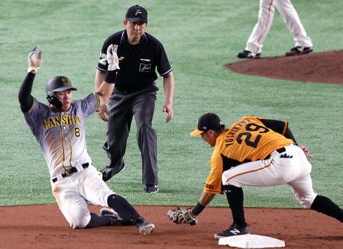 巨人対阪神 3回表阪神1死一塁、二盗を失敗する佐藤輝(左)。右は吉川(撮影・狩俣裕三)