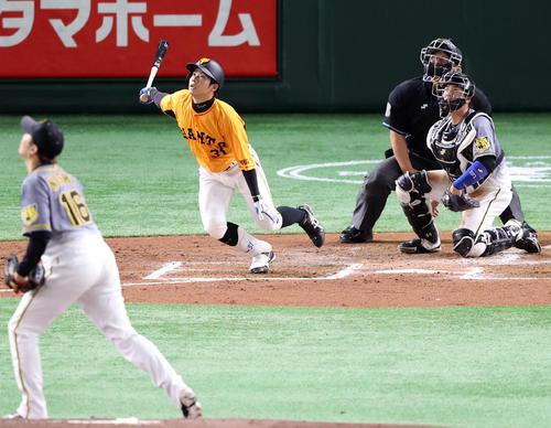 巨人対阪神 3回裏巨人1死二塁、2点本塁打を放つ松原。投手西勇(撮影・狩俣裕三)