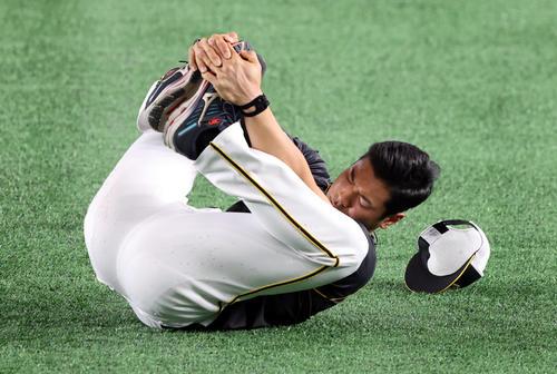 巨人対阪神 東京ドームの人工芝を確かめるようにゴロゴロとウオーミングアップをする佐藤輝(撮影・狩俣裕三)