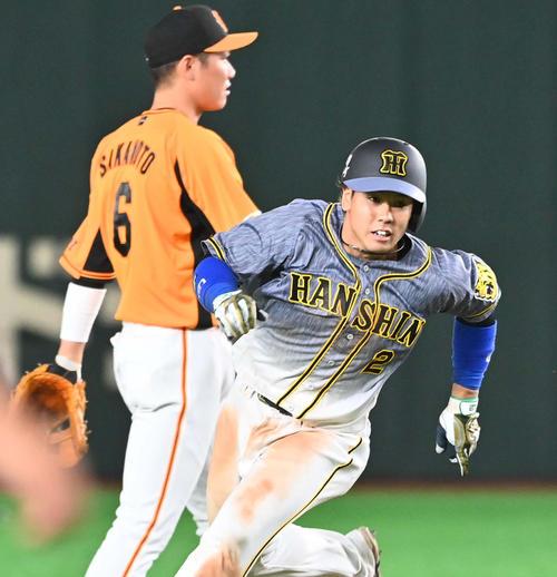 巨人対阪神 7回表阪神2死満塁、右翼線へ2点適時打を放ち二塁を蹴る梅野(撮影・上田博志)