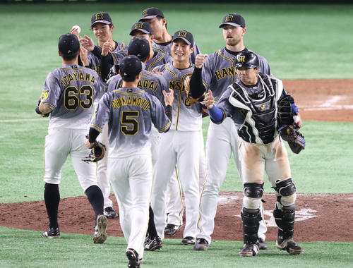 2021年4月20日 巨人対阪神 試合後、勝利を喜び合う阪神ナイン