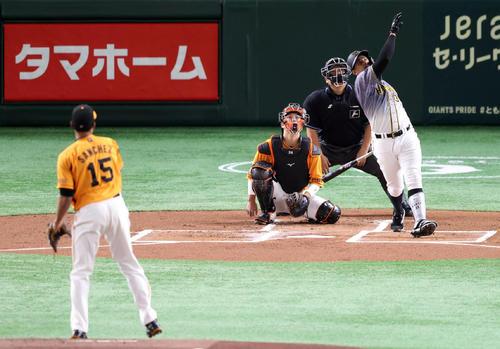 巨人対阪神 1回表阪神2死、先制ソロ本塁打を放つマルテ。投手サンチェス(撮影・狩俣裕三)