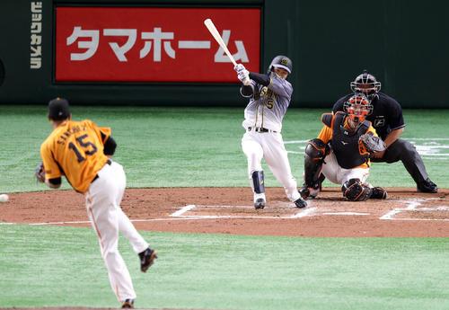 巨人対阪神 2回表阪神2死二塁、適時打を放つ近本。投手サンチェス(撮影・狩俣裕三)