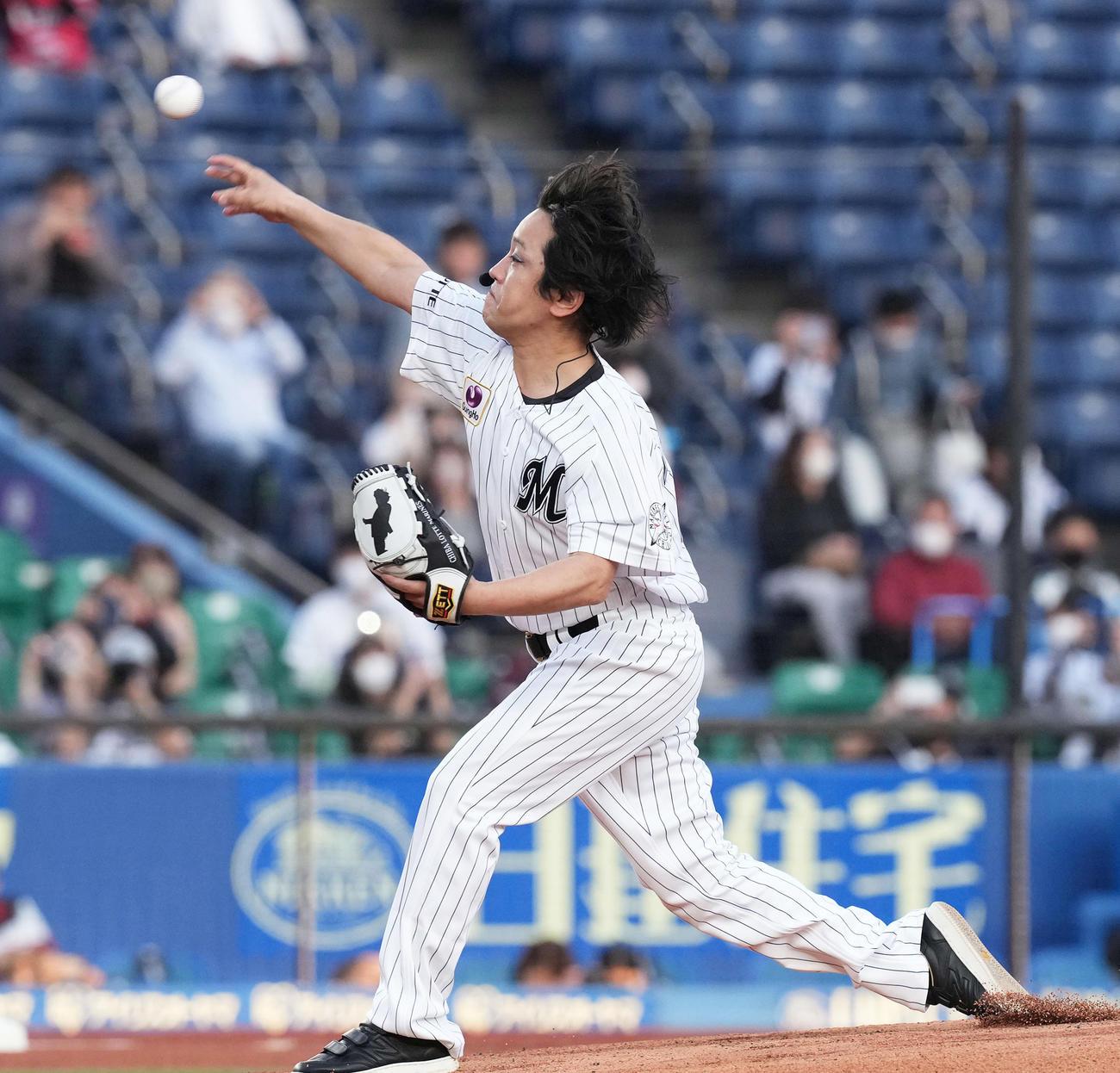 ファーストピッチセレモニーで投球するぺこぱの松陰寺太勇(撮影・鈴木みどり)
