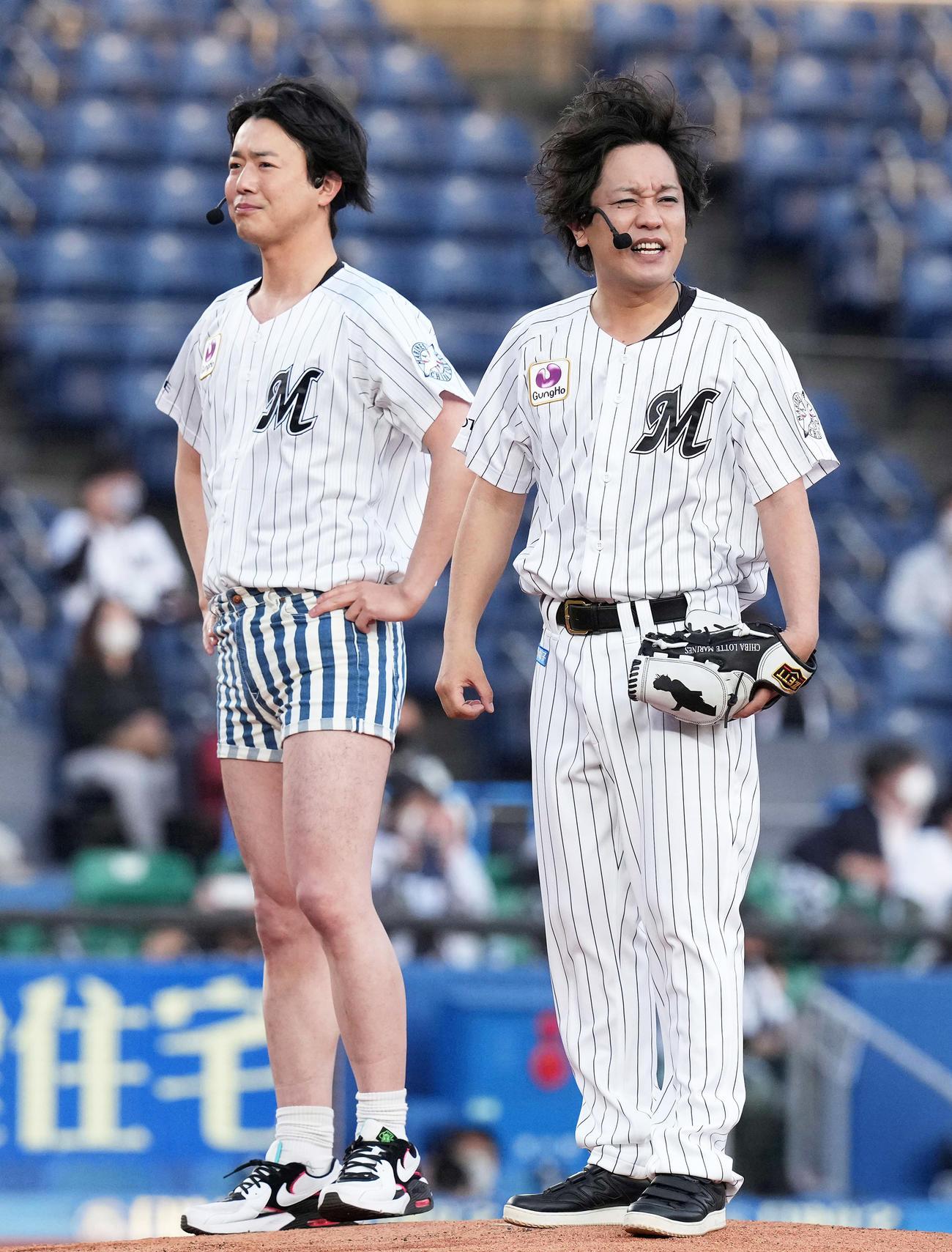 ファーストピッチセレモニーに登場したぺこぱの松陰寺太勇(右)とホットパンツ姿のシュウペイ(撮影・鈴木みどり)