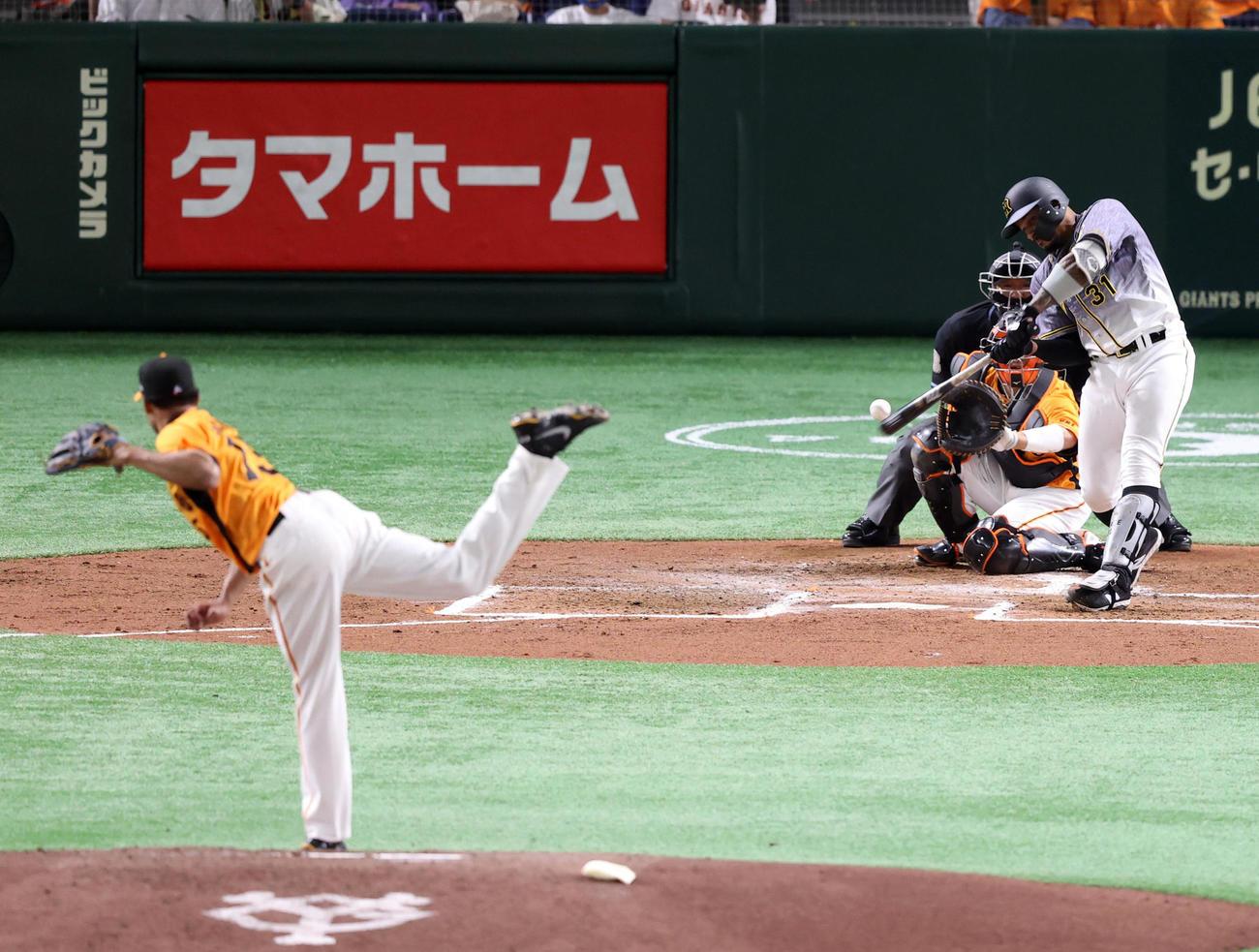 巨人対阪神 3回表阪神無死一塁、2点本塁打を放つマルテ。投手サンチェス(撮影・狩俣裕三)
