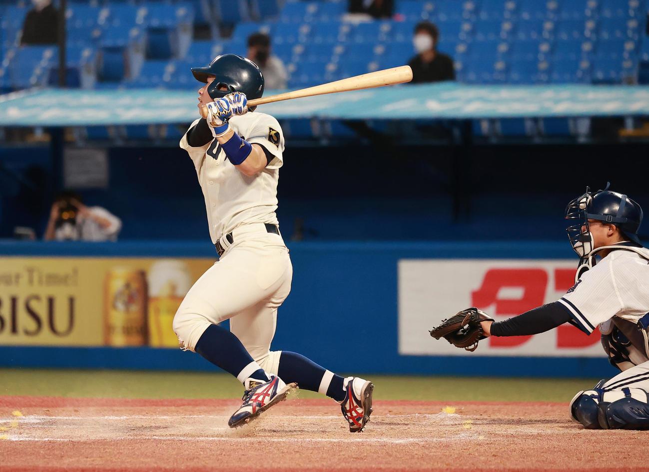 中大対東洋大 5回裏東洋大2死満塁、中越え満塁ランニング本塁打を放つ橋本吏(撮影・野上伸悟)