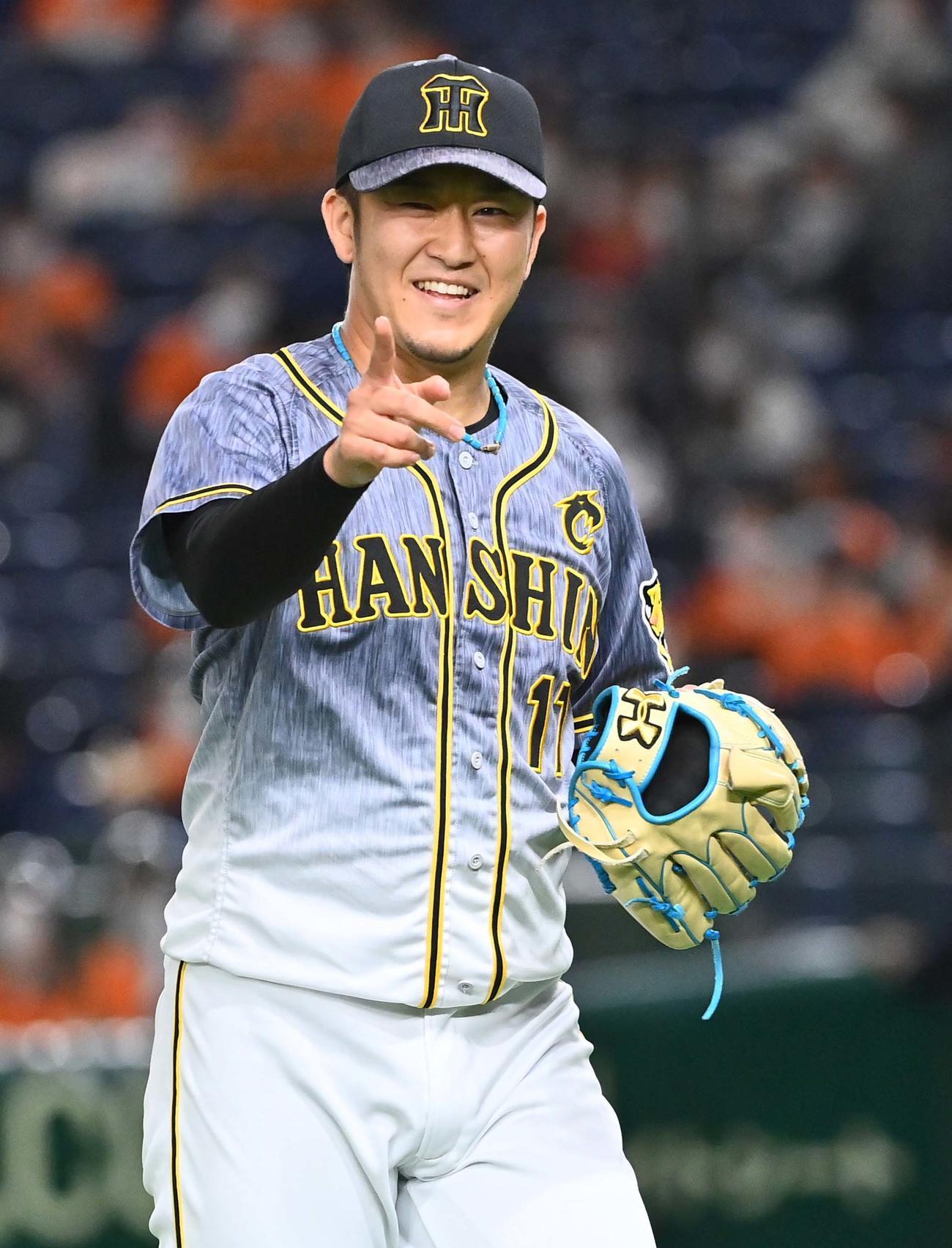 巨人対阪神 阪神2番手で登板する岩貞は6回を無失点に抑え笑顔を見せる(撮影・上田博志)
