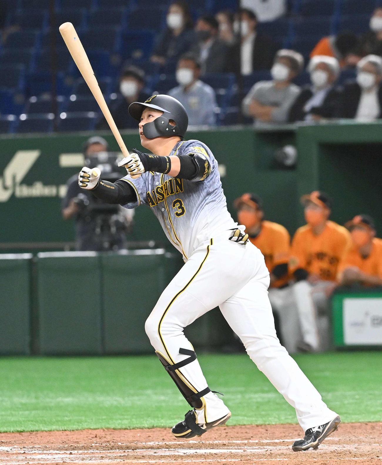 巨人対阪神 9回表阪神1死一塁、左越え2点本塁打を放つ大山(撮影・上田博志)