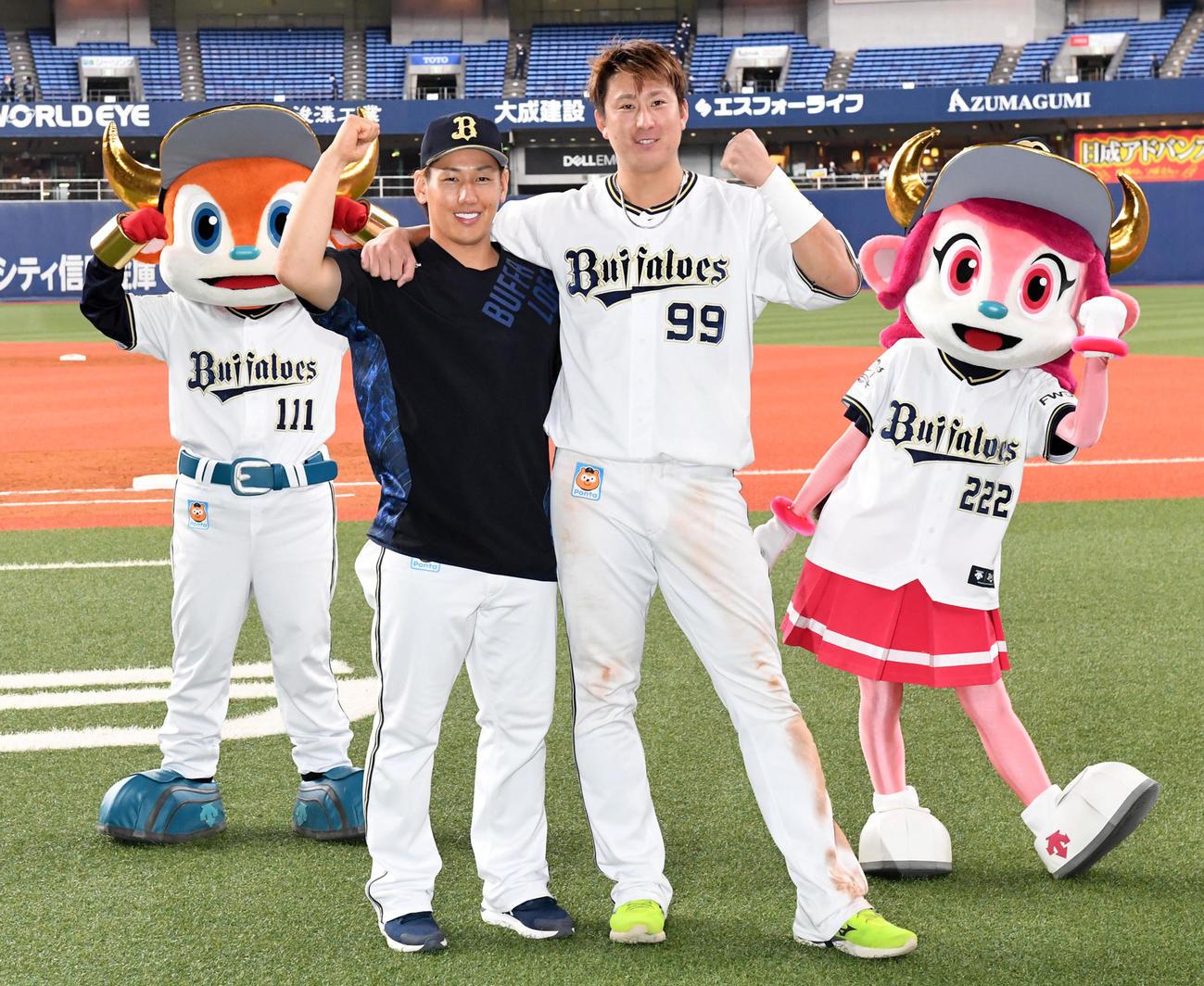 オリックス対西武 ヒーローの吉田正(左)と杉本は肩を組んでガッツポーズ(撮影・前岡正明)