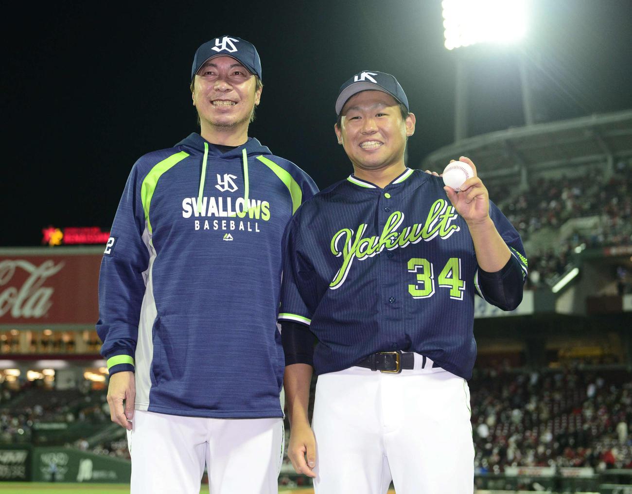 広島対ヤクルト 移籍後初勝利を飾ったヤクルト田口(右)は高津監督と記念撮影する