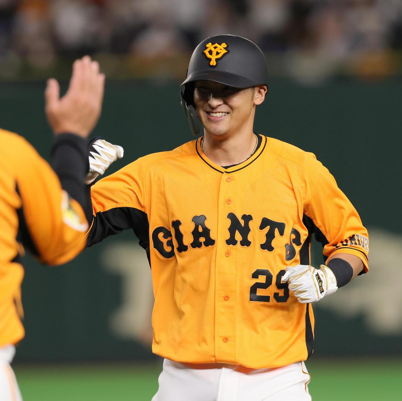 巨人対阪神 6回裏巨人2死一、二塁、左前適時打を放ち笑顔を見せる吉川尚(撮影・足立雅史)